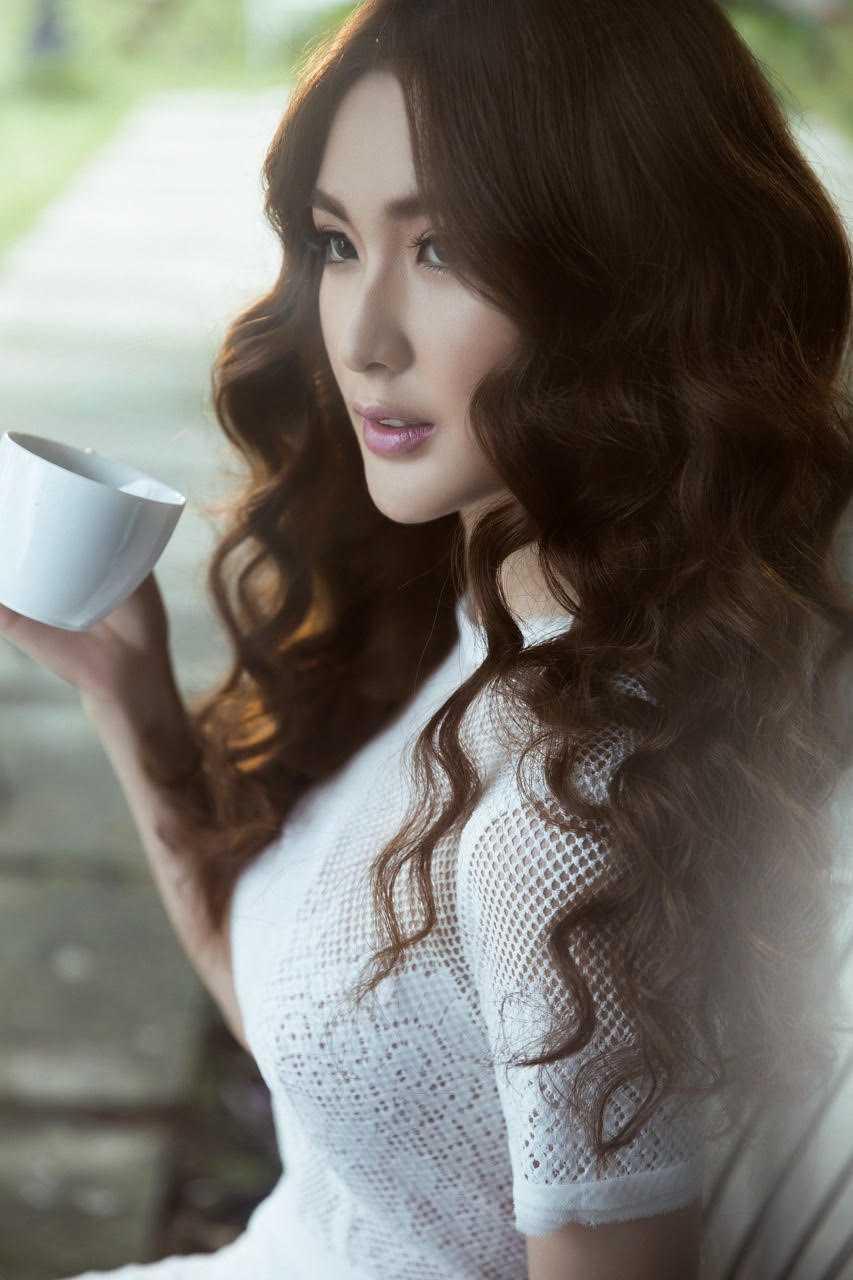 'Chien binh' doi Pham Huong goi cam voi vay trong suot hinh anh 12