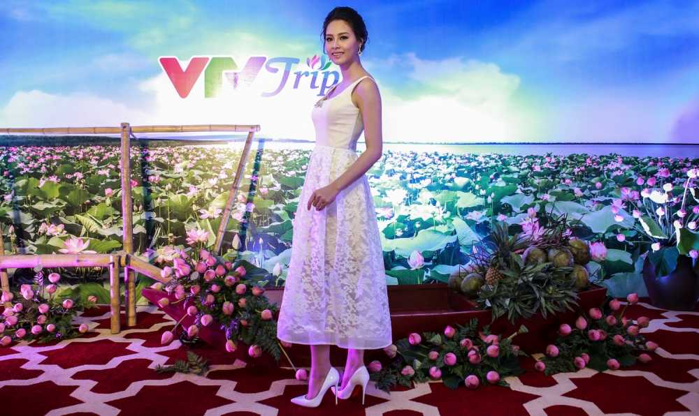 A hau Thanh Tu nen na voi ao dai, Dao Thi Ha khoe lung tran quyen ru hinh anh 8