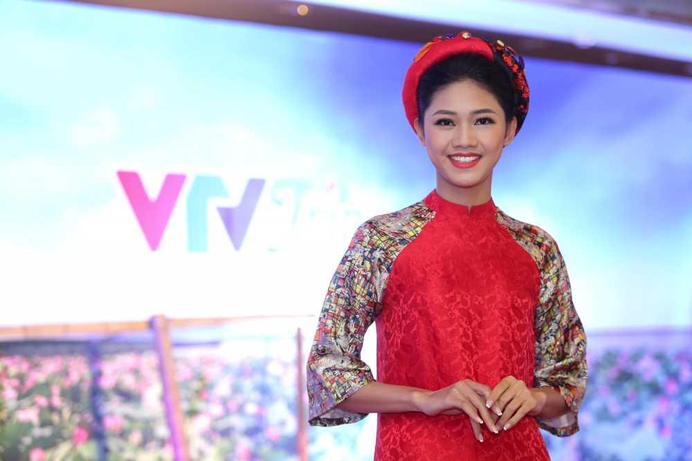 A hau Thanh Tu nen na voi ao dai, Dao Thi Ha khoe lung tran quyen ru hinh anh 3