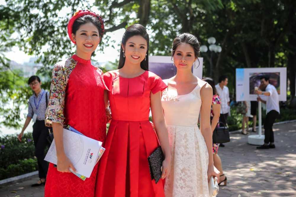 A hau Thanh Tu nen na voi ao dai, Dao Thi Ha khoe lung tran quyen ru hinh anh 1