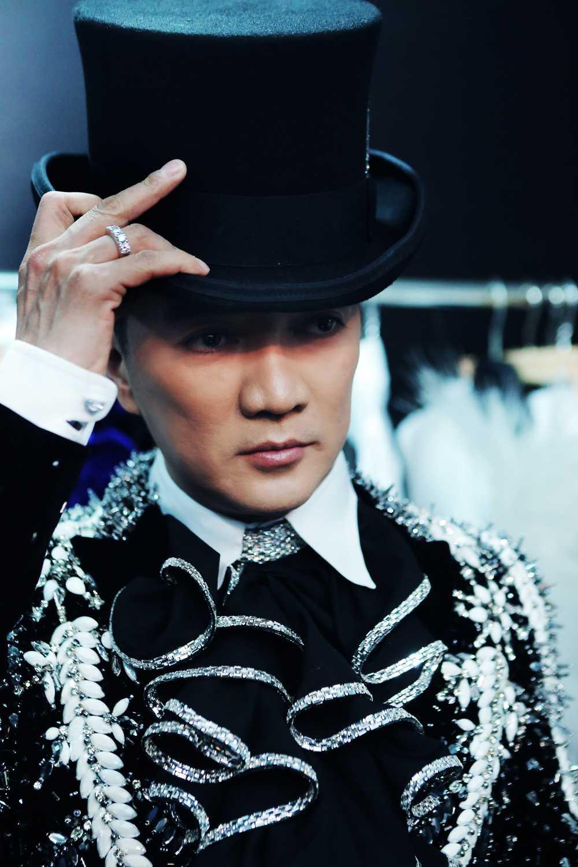 Dam Vinh Hung tiet lo so 'kim cuong' se mang ra Ha Noi hinh anh 3