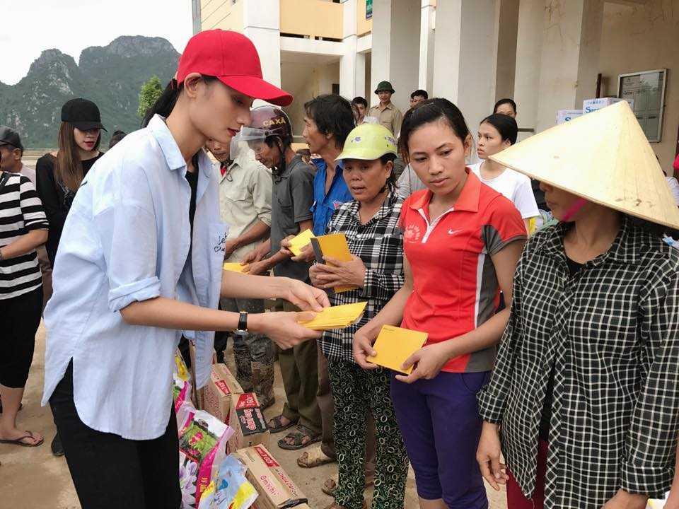 Nguoi dan Quang Binh om cham lay Ha Ho khi co ve que lam tu thien hinh anh 9