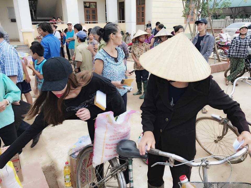 Nguoi dan Quang Binh om cham lay Ha Ho khi co ve que lam tu thien hinh anh 5