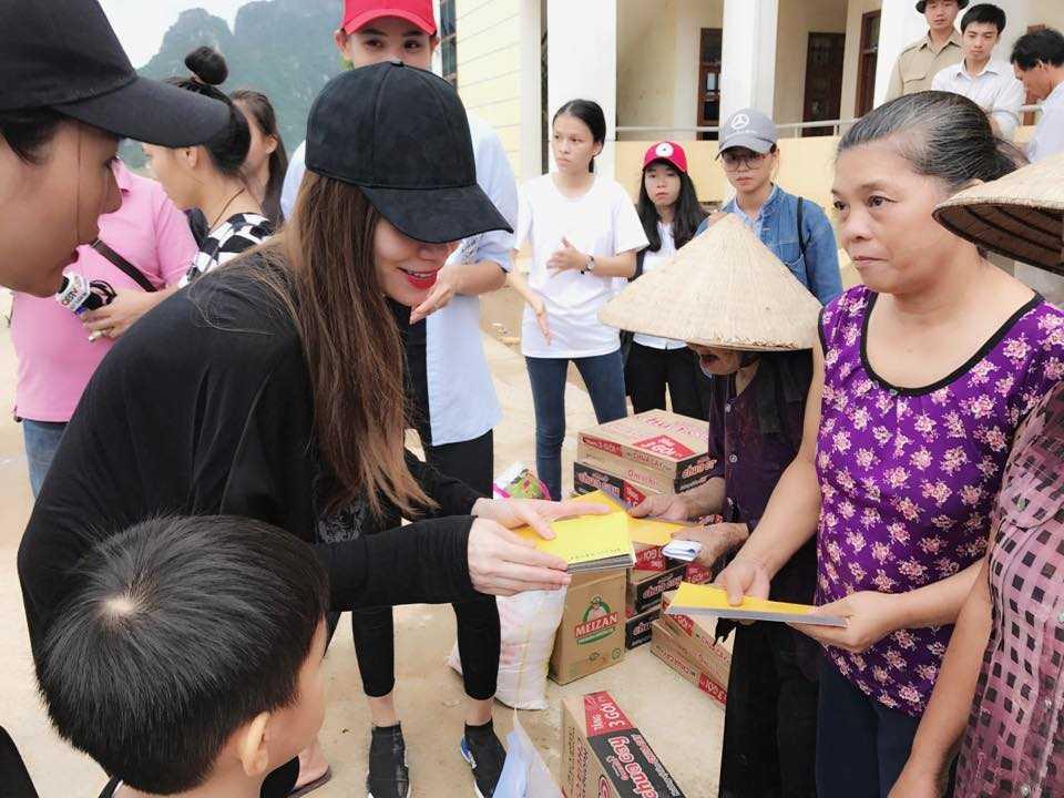 Nguoi dan Quang Binh om cham lay Ha Ho khi co ve que lam tu thien hinh anh 4