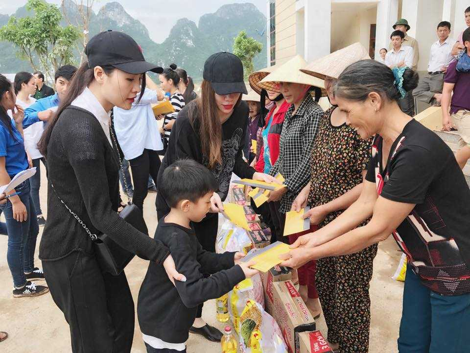 Nguoi dan Quang Binh om cham lay Ha Ho khi co ve que lam tu thien hinh anh 1