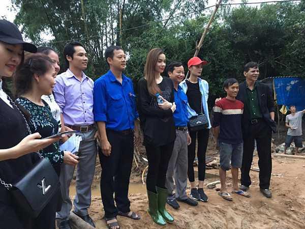 Nguoi dan Quang Binh om cham lay Ha Ho khi co ve que lam tu thien hinh anh 12