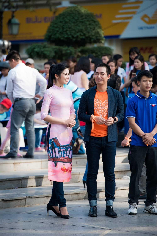 Phan Anh roi nuoc mat khi gap lai nguoi phu nu tang banh chung o vung 'ron lu' hinh anh 2