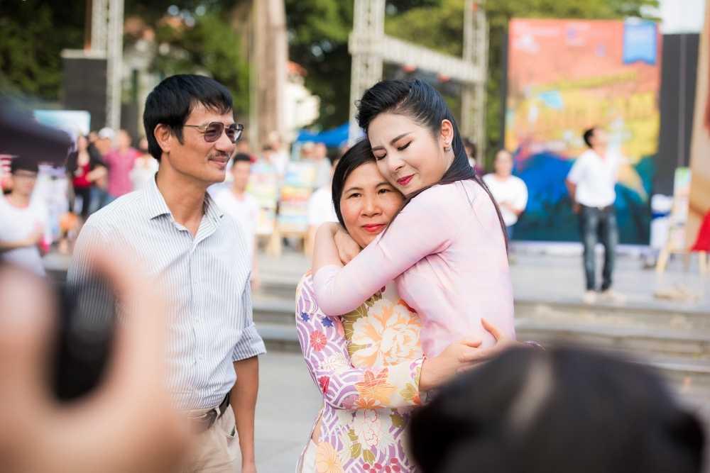Phan Anh roi nuoc mat khi gap lai nguoi phu nu tang banh chung o vung 'ron lu' hinh anh 5