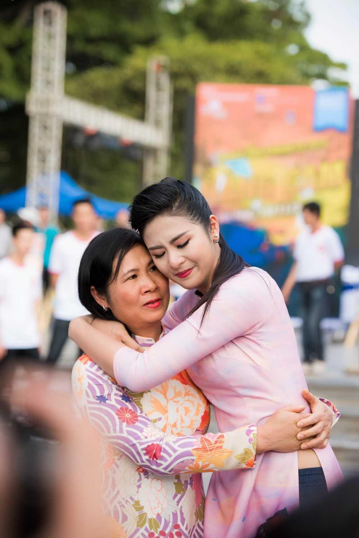Phan Anh roi nuoc mat khi gap lai nguoi phu nu tang banh chung o vung 'ron lu' hinh anh 7