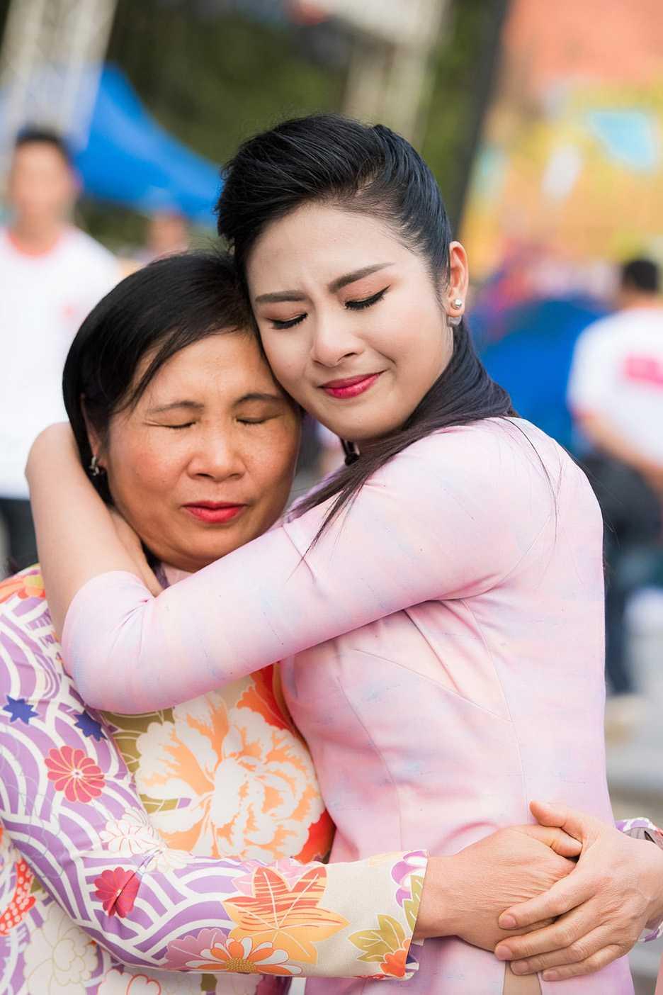 Phan Anh roi nuoc mat khi gap lai nguoi phu nu tang banh chung o vung 'ron lu' hinh anh 6