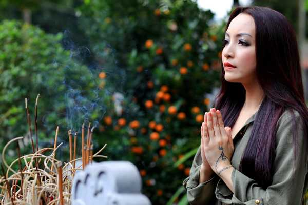 Dien vien Linh Nga tham lai ngoi chua giup co thoat khoi be kho hinh anh 7