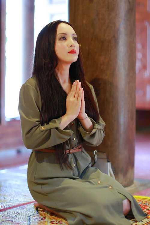 Dien vien Linh Nga tham lai ngoi chua giup co thoat khoi be kho hinh anh 3