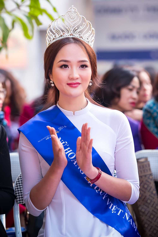 Nu hoang da quy Nguyen Thi Oanh dep tinh khoi ve tham truong cu hinh anh 1
