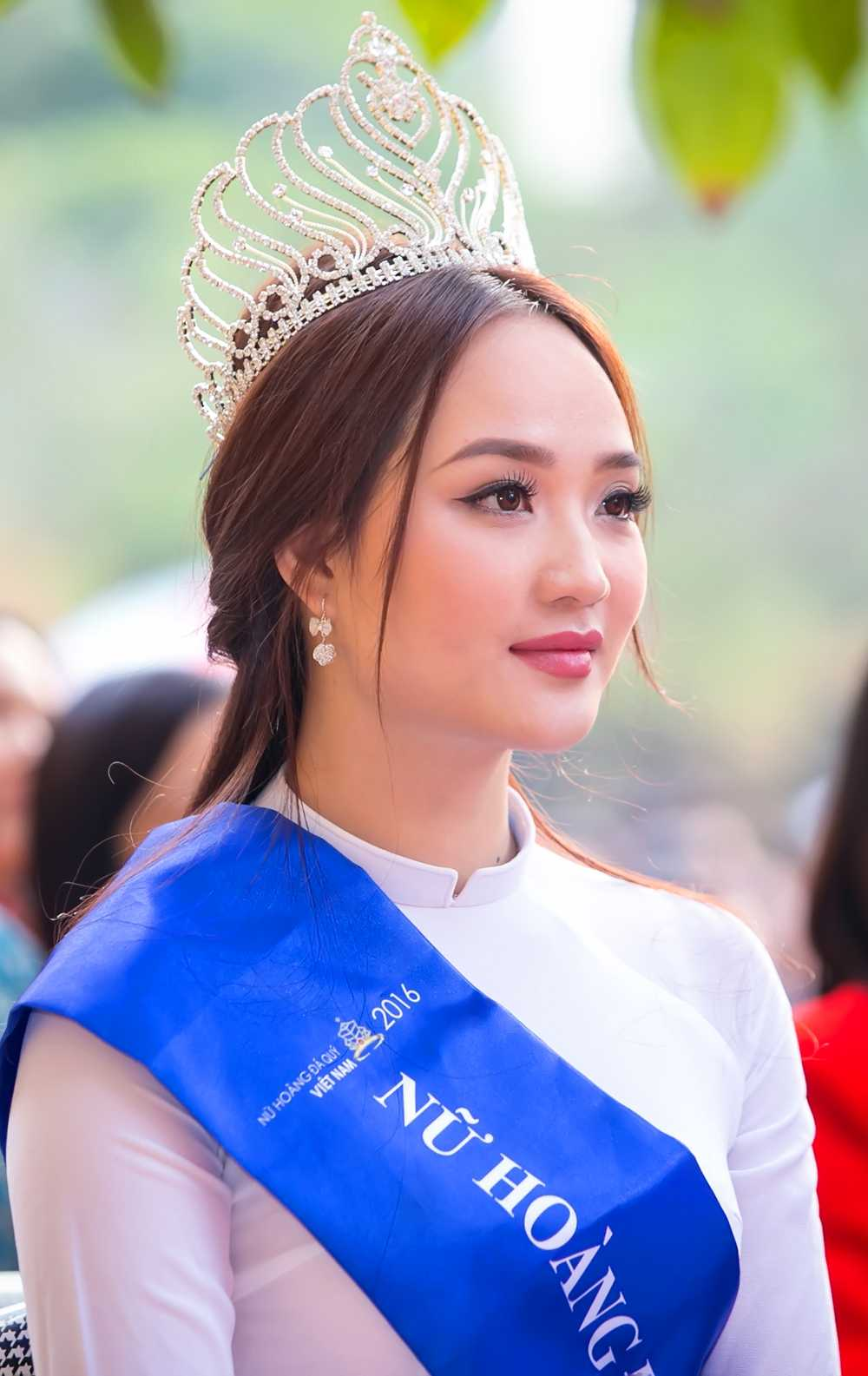 Nu hoang da quy Nguyen Thi Oanh dep tinh khoi ve tham truong cu hinh anh 2