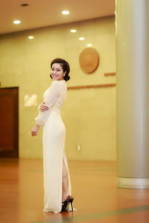 MC Thuy Linh VTV rang ro ben Bang Kieu, Uyen Linh hinh anh 2
