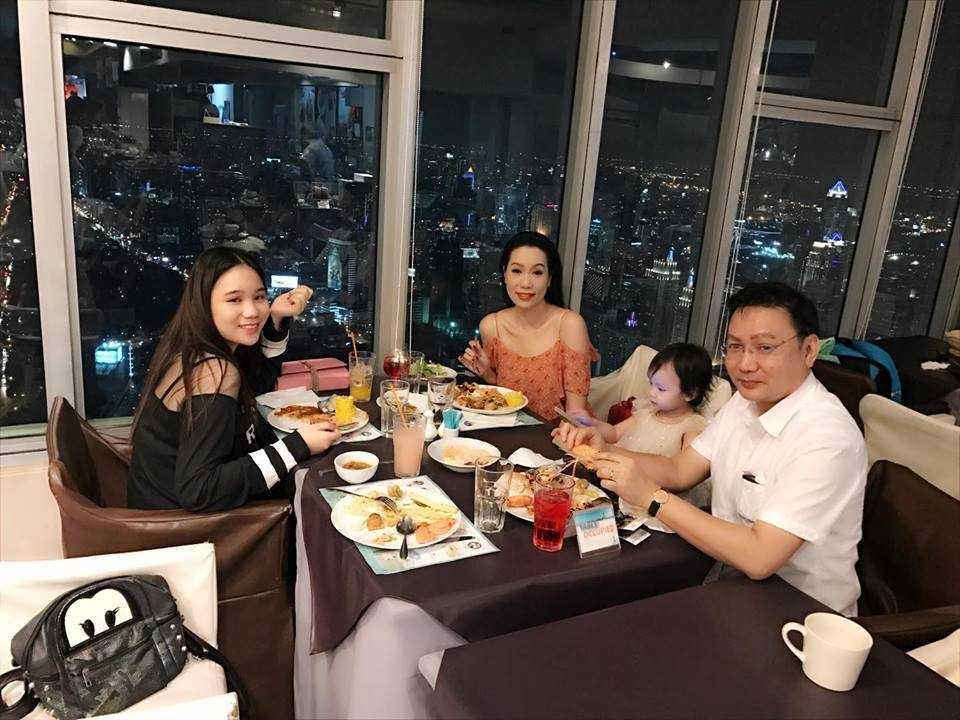A hau Trinh Kim Chi cung chong con du lich Thai Lan hinh anh 10