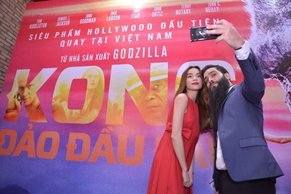 Dao dien 'Kong: Skull Island' cung Ho Ngoc Ha di xem phim hinh anh 5