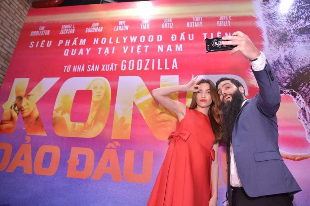 Dao dien 'Kong: Skull Island' cung Ho Ngoc Ha di xem phim hinh anh 4