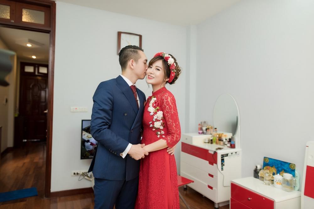 Hot girl MU Tu Linh hon ban trai say dam trong le an hoi hinh anh 10