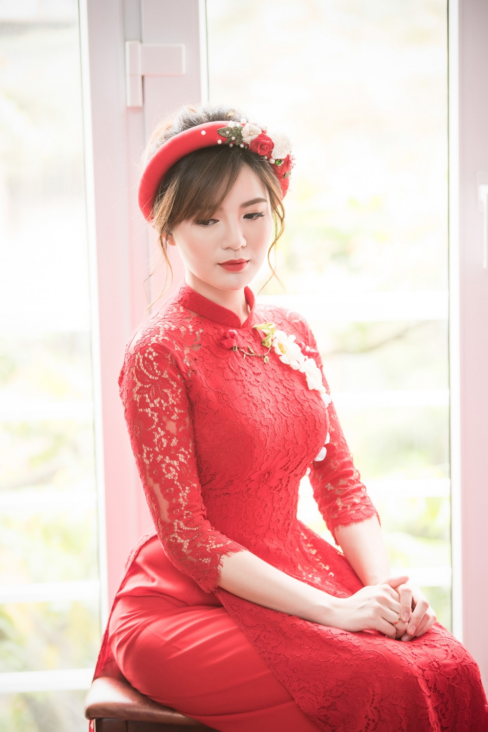 Hot girl MU Tu Linh hon ban trai say dam trong le an hoi hinh anh 4