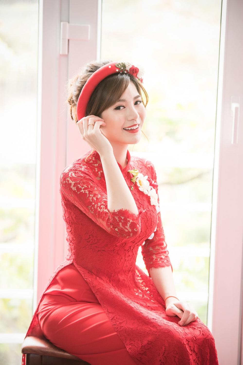 Hot girl MU Tu Linh hon ban trai say dam trong le an hoi hinh anh 3