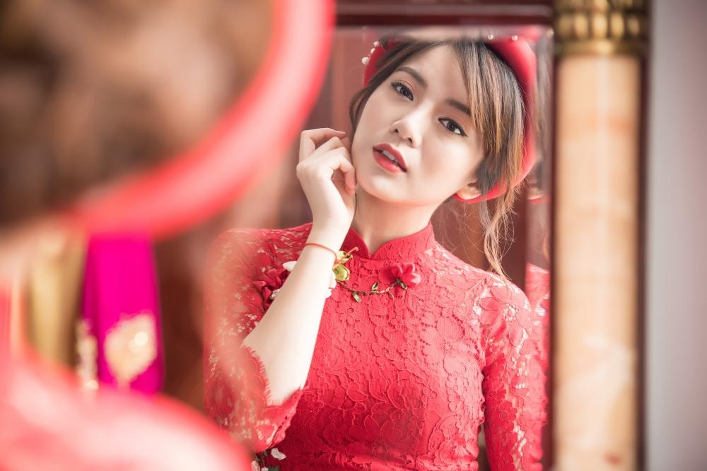 Hot girl MU Tu Linh hon ban trai say dam trong le an hoi hinh anh 1