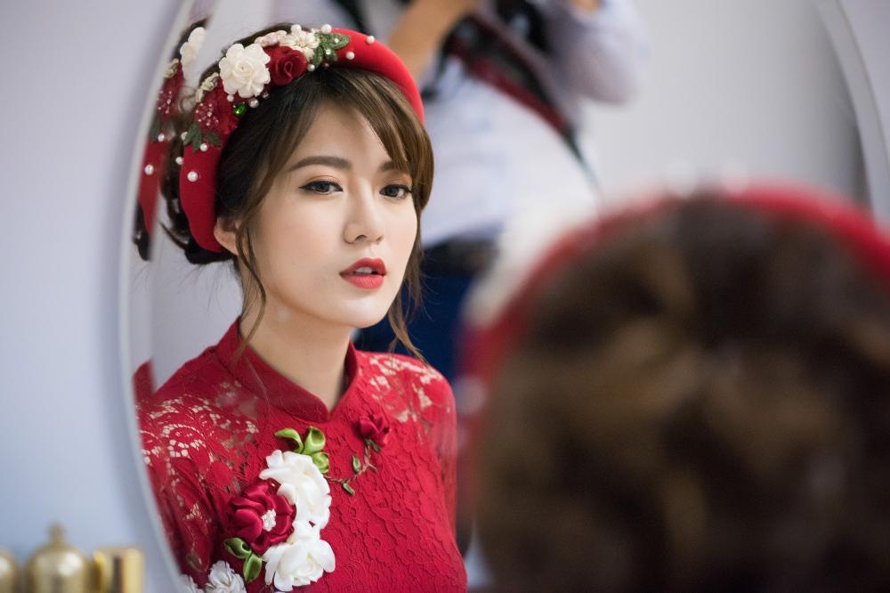 Hot girl MU Tu Linh hon ban trai say dam trong le an hoi hinh anh 2