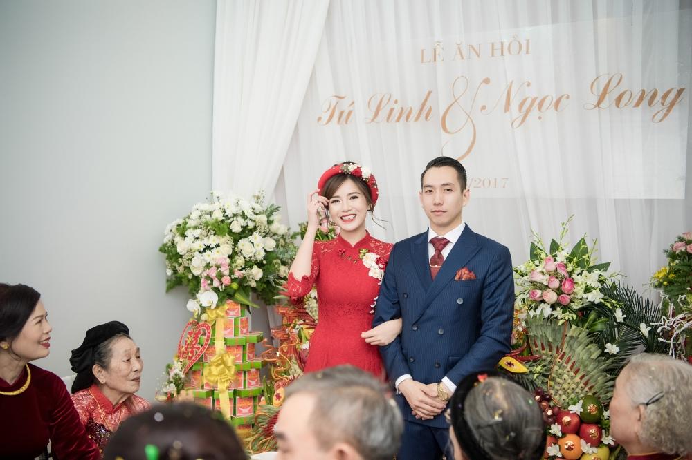 Hot girl MU Tu Linh hon ban trai say dam trong le an hoi hinh anh 11