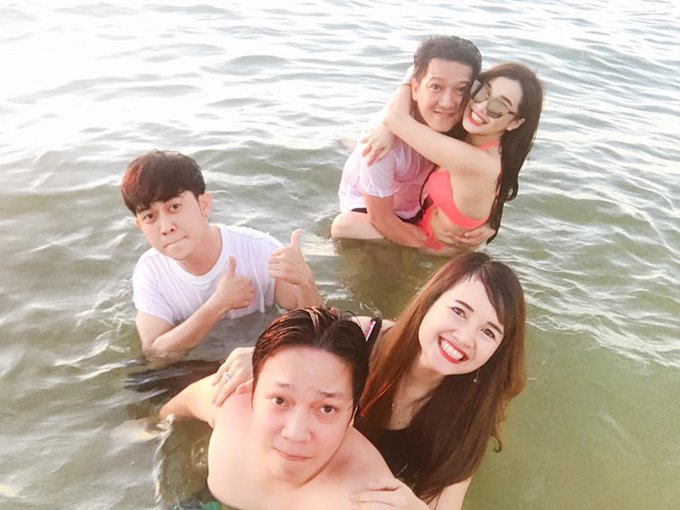 Nha Phuong mac bikini, om chat Truong Giang tren bien hinh anh 2