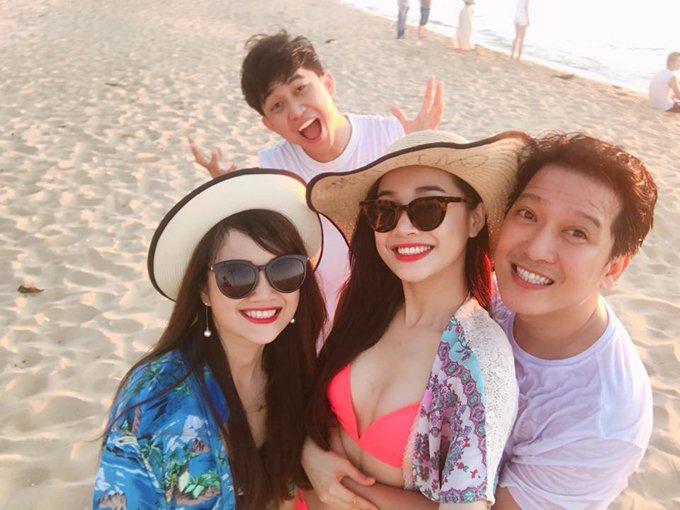 Nha Phuong mac bikini, om chat Truong Giang tren bien hinh anh 3