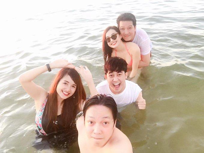 Nha Phuong mac bikini, om chat Truong Giang tren bien hinh anh 1