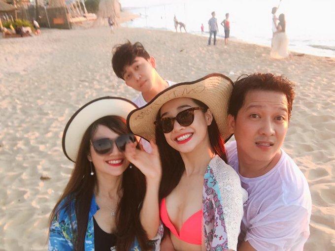 Nha Phuong mac bikini, om chat Truong Giang tren bien hinh anh 4