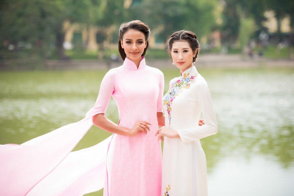 Hoa hau Phap thuot tha trong ta ao dai dao pho Ha Noi hinh anh 6
