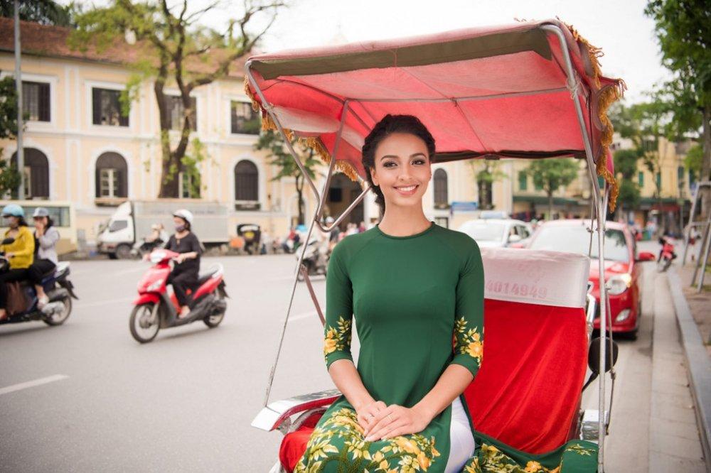 Hoa hau Phap thuot tha trong ta ao dai dao pho Ha Noi hinh anh 9