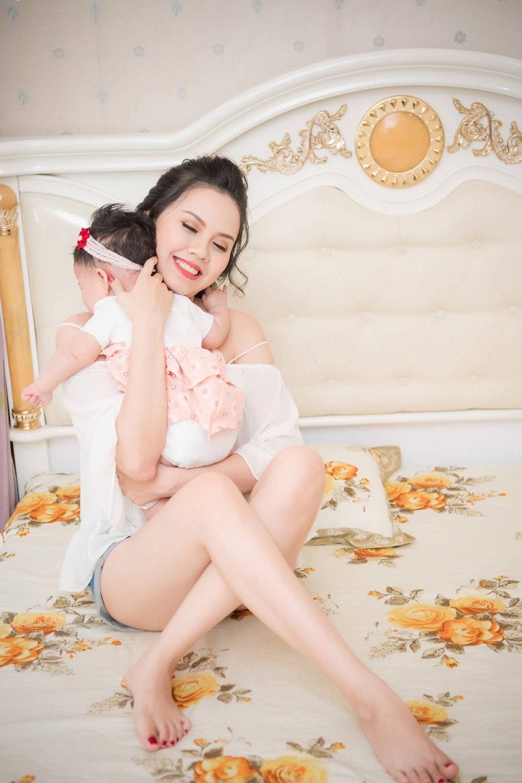 Sau nhieu nam 'o an', Hoa hau Dau Thi Hong Phuc tai xuat cung con gai hinh anh 7