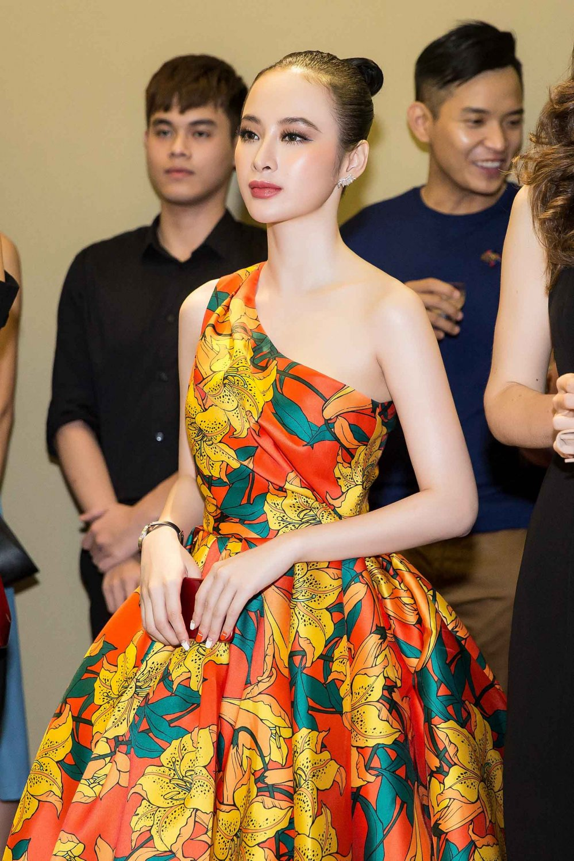 Angela Phuong Trinh kieu sa khoe vai thon hinh anh 10