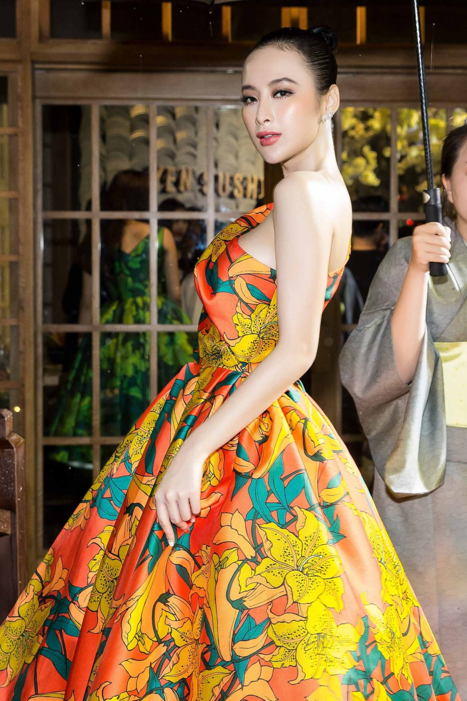 Angela Phuong Trinh kieu sa khoe vai thon hinh anh 3