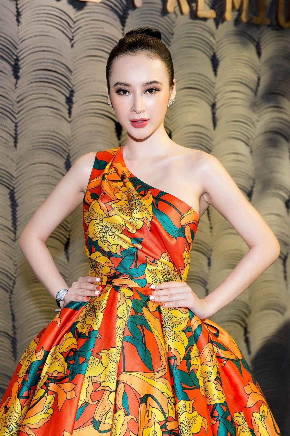 Angela Phuong Trinh kieu sa khoe vai thon hinh anh 8