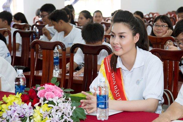 Hoa hau Bien Thuy Trang rang ro dap xe tuyen truyen ve moi truong hinh anh 7