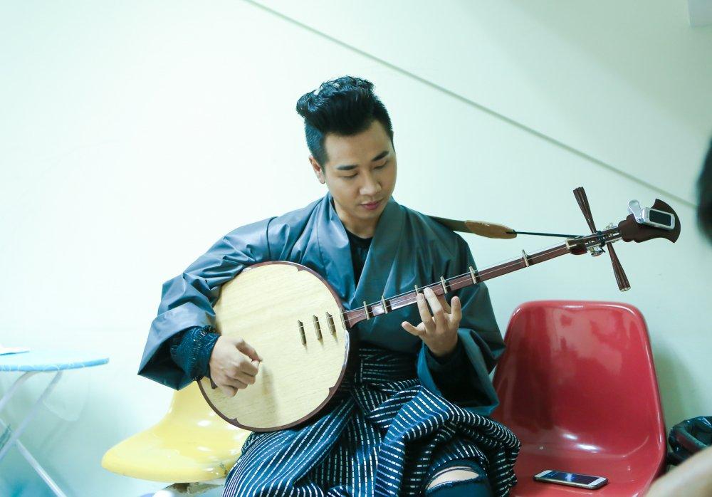Nguyen Khang mac kimono choi nhac cu dan toc hinh anh 7