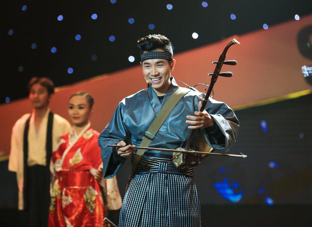 Nguyen Khang mac kimono choi nhac cu dan toc hinh anh 2