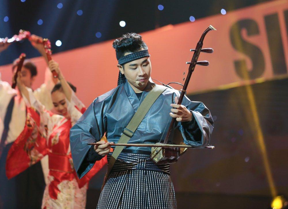 Nguyen Khang mac kimono choi nhac cu dan toc hinh anh 1