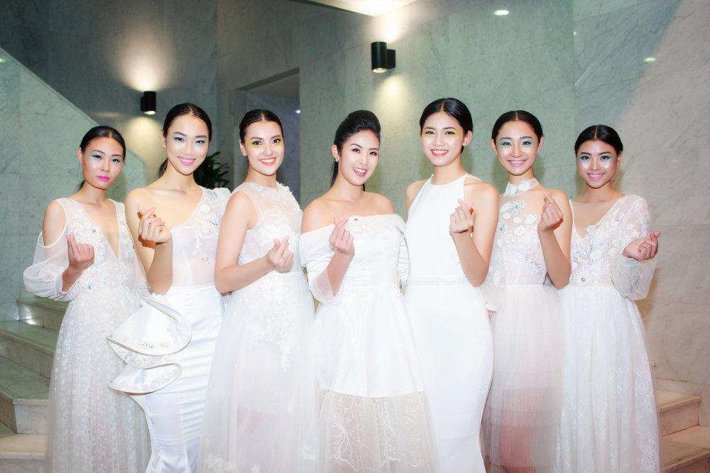 Hong Que dua con gai len san catwalk mo man Tuan le thoi trang Viet Nam 2018 hinh anh 7