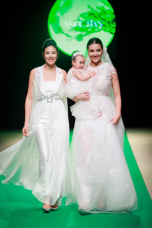Hong Que dua con gai len san catwalk mo man Tuan le thoi trang Viet Nam 2018 hinh anh 1
