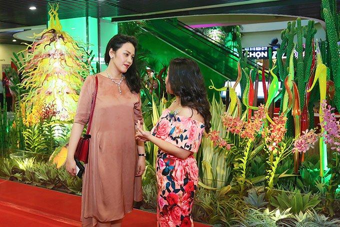 Chi Pu, Gil Le va dan sao toi tham du buoi khai truong khu thuong mai cua vo Thanh Bui hinh anh 1