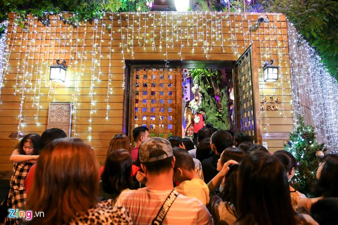 Video, anh: Nguoi Sai Gon do xo den nha Dam Vinh Hung choi dem Noel hinh anh 1