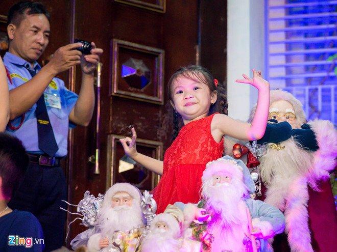 Video, anh: Nguoi Sai Gon do xo den nha Dam Vinh Hung choi dem Noel hinh anh 11