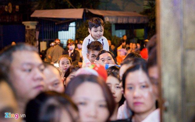 Video, anh: Nguoi Sai Gon do xo den nha Dam Vinh Hung choi dem Noel hinh anh 13