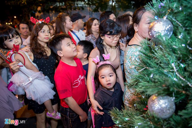 Video, anh: Nguoi Sai Gon do xo den nha Dam Vinh Hung choi dem Noel hinh anh 5