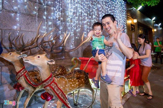 Video, anh: Nguoi Sai Gon do xo den nha Dam Vinh Hung choi dem Noel hinh anh 7